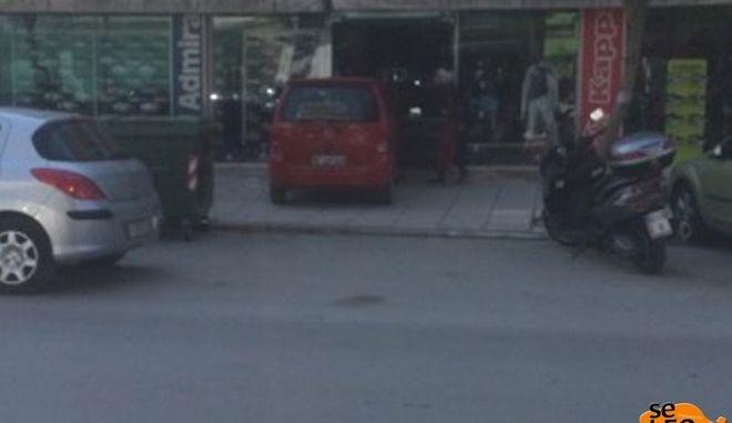 Παιδί έπεσε με αυτοκίνητο σε τζαμαρία καταστήματος στον Εύοσμο