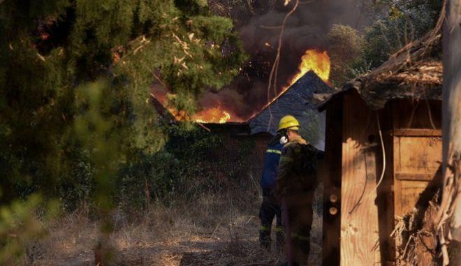 Φωτιά στην Αχαϊα: Κάηκαν πάνω από 20 σπίτια - Καταγγελία για καθυστέρηση των εναέριων μέσων