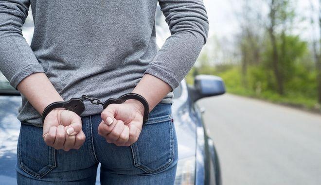 Σύλληψη γυναίκας - φωτογραφία αρχείου