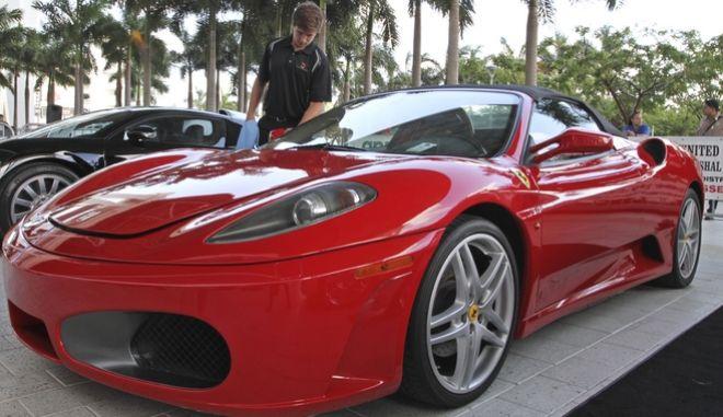 Για 270.000 δολάρια δημοπρατήθηκε η κόκκινη Ferrari του Τραμπ