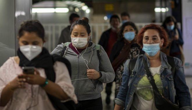 Πολίτες στο μετρό της Βαρκελώνης