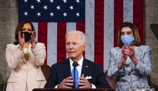 Η αντιπρόεδρος των ΗΠΑ, Κάμαλα Χάρις και η πρόεδρος της Βουλής των αντιπροσώπων, Νάνσι Πελόσι, χειροκροτούν τον Τζο Μπάιντεν