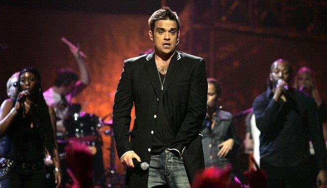 """** ARCHIV ** Der britische Saenger Robbie Williams tritt bei den 2006 MTV Latin Video Music Awards in Mexico City auf, am 19. Oktober 2006.  Robbie Williams und die anderen Mitglieder von Take That haben das Kriegsbeil begraben. Aber """"wir sind weit davon entfernt, wieder Freunde zu werden"""", sagte Bandmitglied Gary Barlow der """"Bild am Sonntag"""" fuer deren Ausgabe am 29. Oktober 2006. Robbie Williams sei eines Abends nach einem Konzert der Band in London zu ihnen ins Hotel gekommen, und sie haetten miteinander gesprochen. """"Wir haben ihn nur diese eine Nacht gesehen, und es war bis dahin so viel passiert - das loest sich nicht in vier oder fuenf Stunden. Aber es war gut"""", erklaerte Barlow. (AP Photo/Guillermo Arias)  ** EFE OUT **  ** zu APD9224 **"""