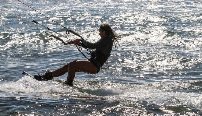 Kite-surfers στην παραλία του Αγίου Ηλία στον Πύργο Ηλείας. (EUROKINISSI/Γιάννης Σπυρούνης/ilialive.gr)