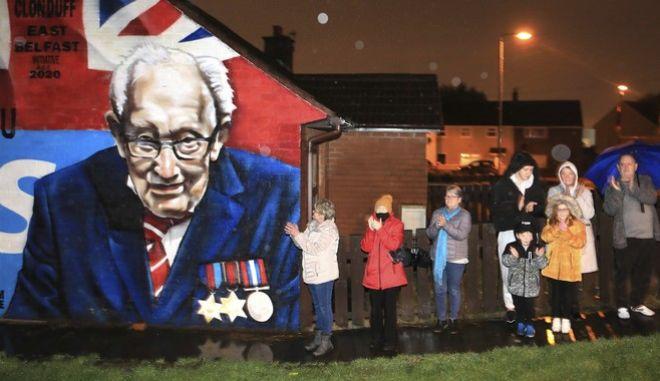 Οι Βρετανοί αποχαιρετούν τον Κάπτεν Τομ