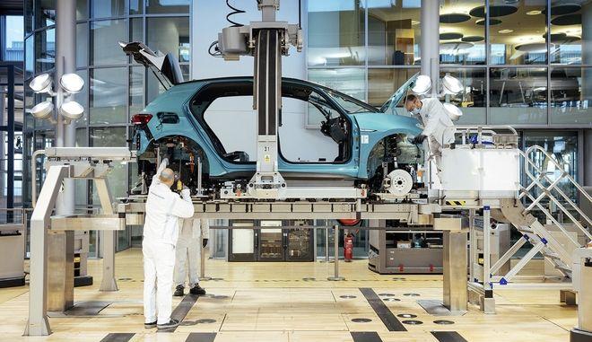 """Εργασίες στο """"Διάφανο Εργοστάσιο"""" της Volkswagen στη Δρέσδη"""