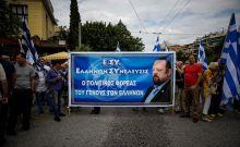 """Συγκεντρωμένοι οπαδοί του αρχηγού των 'Ελληνων Συνελευσις"""" του Αρτέμη Σώρρα,έχουν συγκεντρωθεί έξω από τα δικαστήρια της Ευελπίδων περιμένοντας τον αρχηγό τους να οδηγηθεί στον εισαγγελέα,καθώς συνελήφθη εχθές σε σπίτι που κρυβόταν στον Άλοιμο, Κυριακή 17 Ιουνίου 2018 (EUROKINISSI/ΣΤΕΛΙΟΣ ΜΙΣΙΝΑΣ)"""