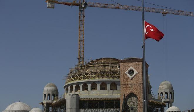 Τουρκική σημαία στην πλατεία Ταξίμ