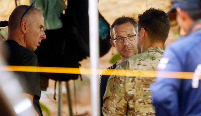 Ο Ριτσαρντ Στάντον αριστερά, ο Τζον Βόλαντεν στη μέση, ενώ συνομιλούν με την αμερικανική διοίκηση ειδικών αποστολών και διάσωσης Ειρηνικού Ωκεανού. Ταϊλάνδη, 3 Ιουλιου 2018