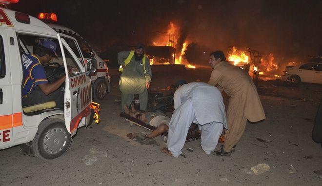 Πακιστάν: 15 νεκροί και δεκάδες τραυματίες από βομβιστική επίθεση του ISIS