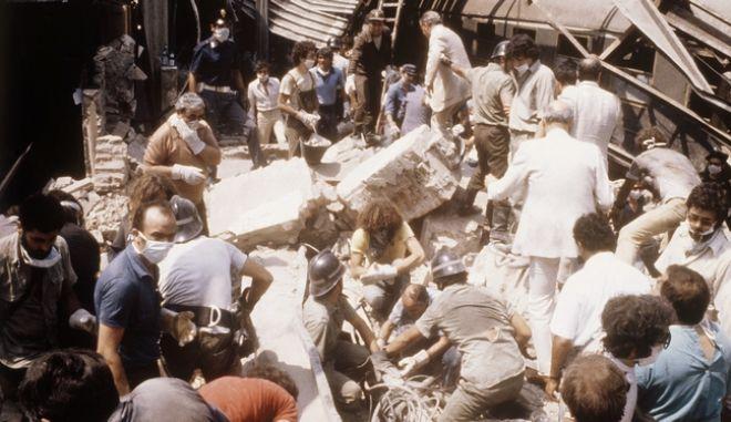 Στιγμιότυπο από την βομβιστική επίθεση στον σιδηροδρομικό σταθμό της Μπολόνια στις 2 Αυγούστου 1980