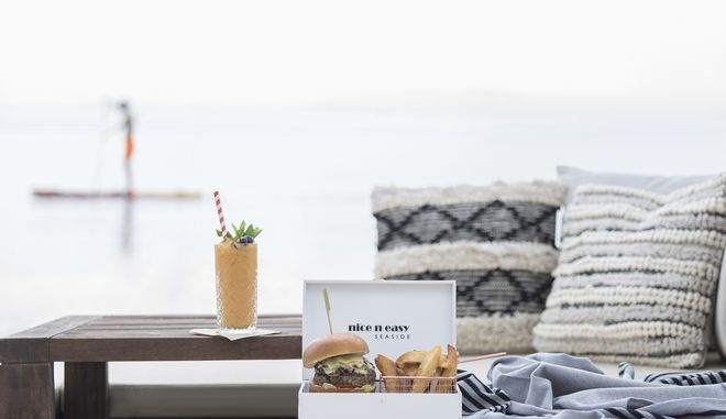 Ένα λαχταριστό Burger πλάι σε κάποιο τροπικό cocktail στον Αστέρα Βουλιαγμένης