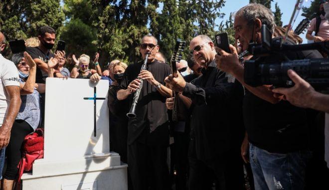 Το τελευταίο αντίο στον Τόλη Βοσκόπουλο, είχε μουσική και χειροκροτήματα