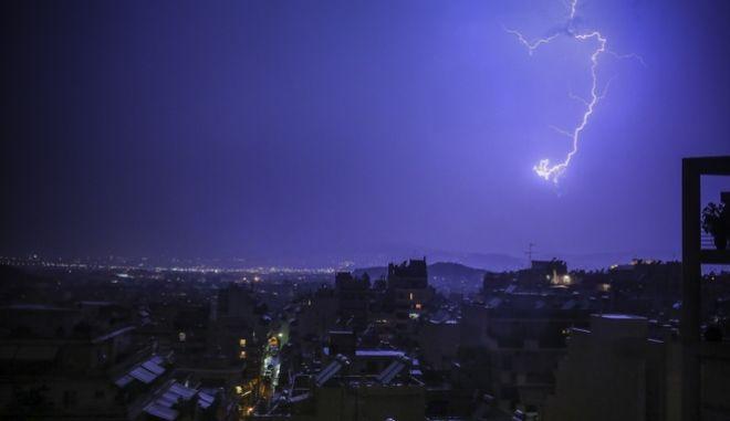 Κεραυνοί πάνω από την Αθήνα κατά την διάρκεια της καταιγίδας στην περιοχή του Βύρωνα, το βράδυ του Σαββάτου 5 Μαΐου 2018.