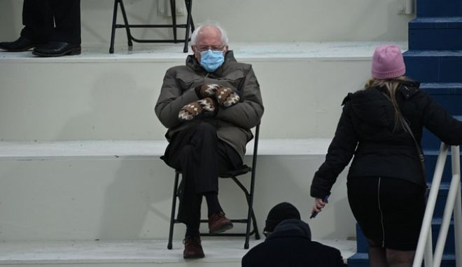 Τα πλεχτά γάντια του γερουσιαστή Μπέρνι Σάντερς τράβηξαν πάνω τους όλα τα βλέμματα στην οκρωμοσία του Μπάιντεν