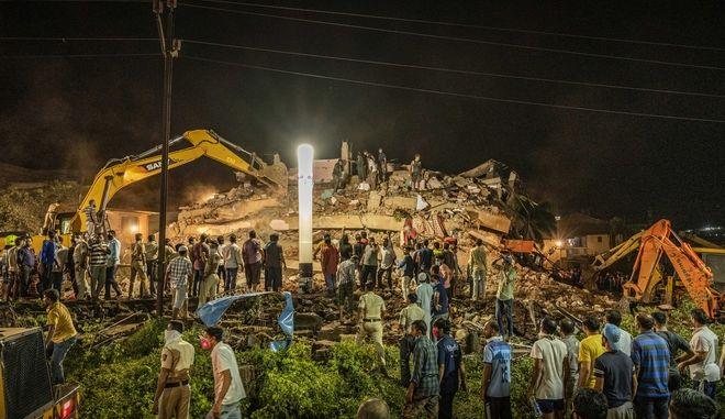 Κατάρρευση τριώροφης πολυκατοικίας στο Μουμπάι