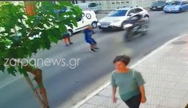 Σοκαριστικό βίντεο: Μηχανή χτυπάει 10χρονο παιδί στα Χανιά