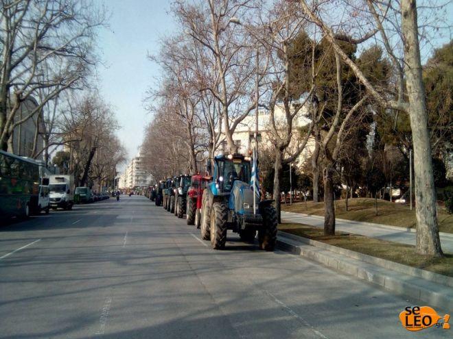 Κομβόι τρακτέρ στο κέντρο της Θεσσαλονίκης. Μικροένταση στην πύλη της ΔΕΘ