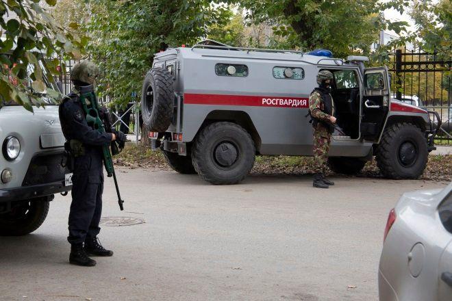 Ένοπλες δυνάμεις έξω από το Πανεπιστήμιο Περμ της Ρωσίας