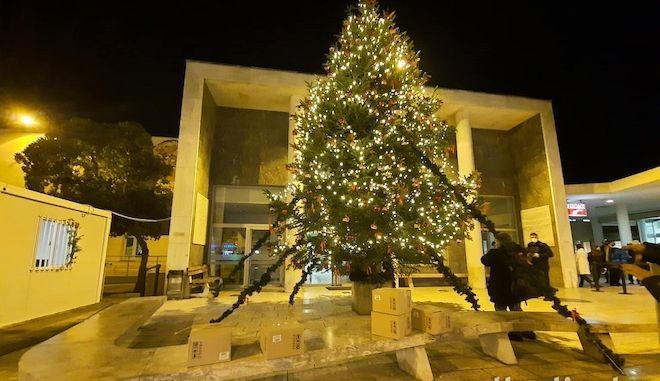Θεσσαλονίκη: Μήνυμα ελπίδας στο ΑΧΕΠΑ - Φωταγωγήθηκε το χριστουγεννιάτικο δέντρο