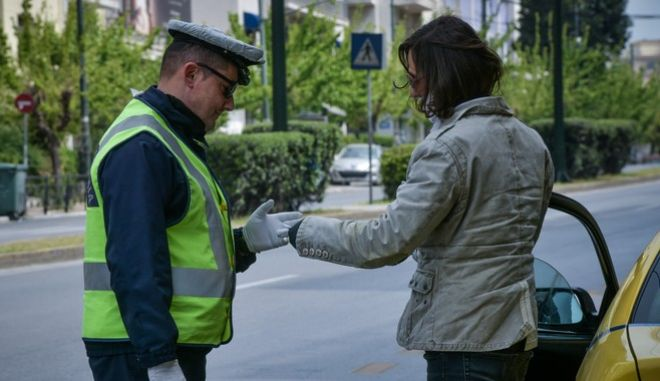 Έλεγχος της αστυνομίας στο κέντρο της Αθήνας (EUROKINISSI/ΤΑΤΙΑΝΑ ΜΠΟΛΑΡΗ)