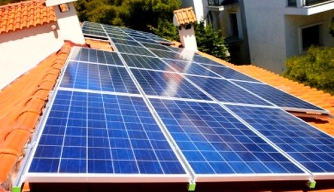 Έρχεται τσουχτερό χαράτσι για φωτοβολταϊκά σε στέγες
