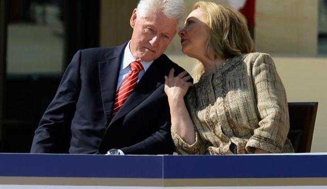 Λόγος και εκατομμύριο: Πόσα χρήματα έβγαλε το ζεύγος Κλίντον για ομιλίες