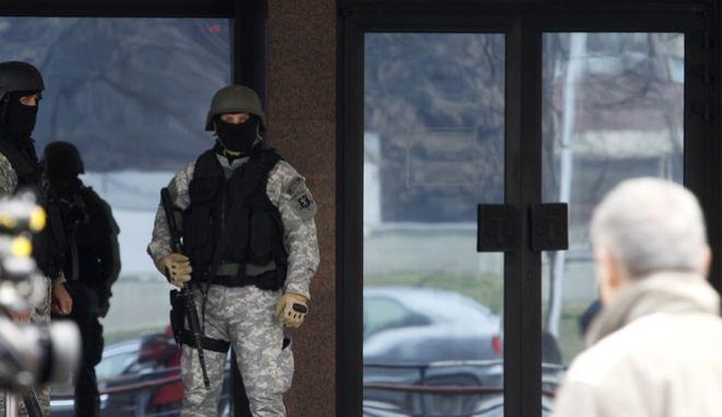 Αστυνομικοί των Ειδικών Δυνάμεων έξω από κυβερνητικό κτίριο στα Σκόπια, Αρχείο