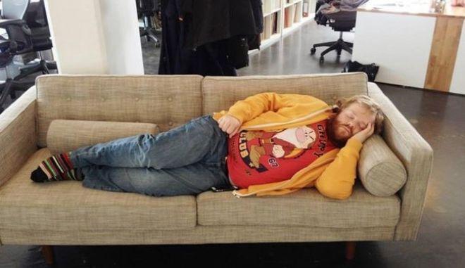 Κοιμήθηκε στη δουλειά και όταν ξύπνησε ήταν διάσημος!