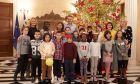 """Στολισμός του χριστουγεννιάτικου δέντρου του Μεγάρου Μαξίμου από τον Πρωθυπουργό Κυριάκο Μητσοτάκη και παιδιά που υποστηρίζονται από την """"Κιβωτό του Κόσμου"""""""