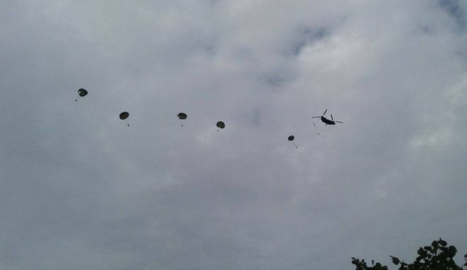 Βίντεο: Άλματα αλεξιπτωτιστών από ελικόπτερα για πρώτη φορά στην παρέλαση