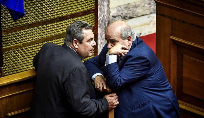 Νίκος Βούτσης και Πάνος Καμμένος στη Βουλή