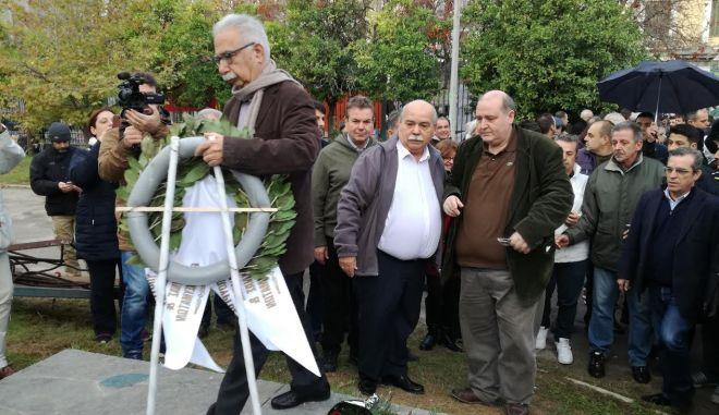 ΑΘΗΝΑ-Ο Πρόεδρος της Βουλής κ. Νικόλαος Βούτσης κατέθεσε στεφάνι στο Πολυτεχνείο, προς τιμήν των εξεγερθέντων στις 17 Νοεμβρίου 1973. Αναφερόμενος στο μήνυμα της ημέρας, ο Πρόεδρος της Βουλής έκανε την ακόλουθη δήλωση: «Ήρθαμε για να αποτίσουμε φόρο τιμής στους αγώνες του ελληνικού λαού και της νεολαίας για εθνική ανεξαρτησία, Δημοκρατία και λαϊκή κυριαρχία. Εδώ έγιναν αγώνες που δεν πρέπει να ξεχαστούν ποτέ και που θα πρέπει να είναι το ορόσημο και στις δύσκολες στιγμές που περνάμε. Πάντοτε η τιμή ανήκει σ' αυτούς τους αγωνιστές».  Τον Πρόεδρο της Βουλής συνόδευσαν στο Πολυτεχνείο ο ειδικός γραμματέας της Βουλής κ. Κώστας Βασιλάκης, υπηρεσιακοί παράγοντες του Ελληνικού Κοινοβουλίου καθώς και οι βουλευτές του ΣΥΡΙΖΑ κ.κ. Νίκος Φίλης, Θοδωρής Δρίτσας, Χρήστος Μαντάς, Μερόπη Τζούφη, Αντώνης Μπαλωμενάκης, Ιωάννης Γκιόλας, Αστέριος Καστόρης, Δημήτρης Ρίζος, Βάλια Βαγιωνάκη, Γιώργος Ψυχογιός, Γιάννης Τσιρώνης, Μανώλης Θραψανιώτης, Γιάννης Σαρακιώτης και Ανδρέας Ριζούλης. (EUROKINISSI-ΓΡΑΦΕΙΟ ΤΥΠΟΥ ΒΟΥΛΗΣ)