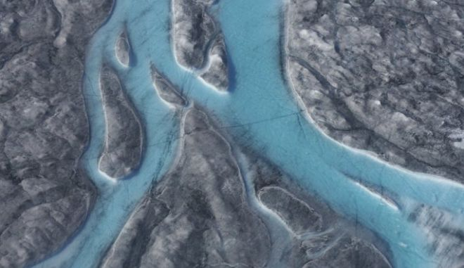 Το πλάνο από ψηλά δείχνει να έχουν σχηματιστεί ποτάμια στη Γροιλανδία, ένα σημάδι ότι οι πάγοι λιώνουν ανησυχητικά