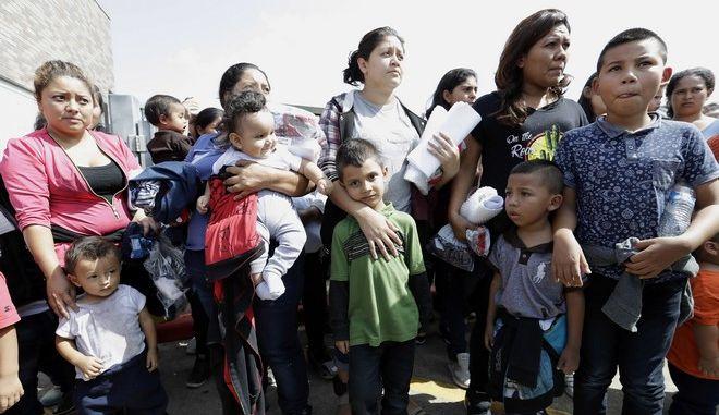 522 παιδιά επανασυνδέθηκαν με τους παράτυπους μετανάστες γονείς τους