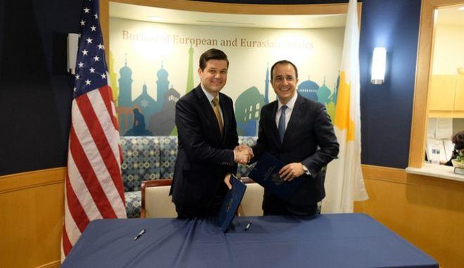 Στιγμιότυπο από την υπογραφή της συμφωνίας