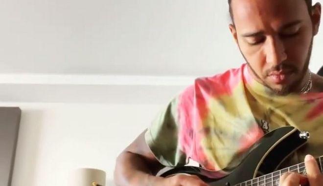 Λιούις Χάμιλτον: Παίζει με μία από τις δύο κιθάρες που του χάρισε ο Ντέιβιντ Μπόουι