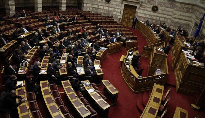 """Ο πρωθυπουργος Αλέξης Τσίπρας απαντά σε επίκαιρες  ερωτήσεις για την ανακεφαλαιοποίηση και το προσφυγικό στην Βουλή στην """"Ώρα του Πρωθυπουργού"""", την Παρασσκευή 11 Δεκεμβρίου 2015. (EUROKINISSI/ΓΙΩΡΓΟΣ ΚΟΝΤΑΡΙΝΗΣ)"""