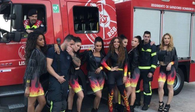 """Η Ελένη Φουρέιρα με τους πυροσβέστες που σβήνουν τη """"Φωτιά"""" της"""