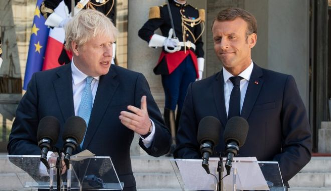 Ο Βρετανός πρωθυπουργός Μπόρις Τζόνσον με τον Γάλλο πρόεδρο Εμανουέλ Μακρόν.