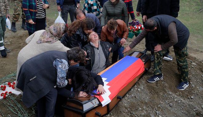 Συγγενείς Αρμένιου στρατιώτη του στρατού του Ναγκόρνο-Καραμπάχ που σκοτώθηκε σε στρατιωτική σύγκρουση, θρηνούν κατά τη διάρκεια της κηδείας, 15 Νοεμβρίου 2020.