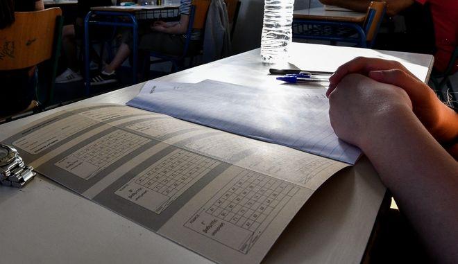 Στιγμιότυπο από τη διεξαγωγή των Πανελλαδικών εξετάσεων σε λύκείο του Πύργου - Φωτογραφία αρχείου