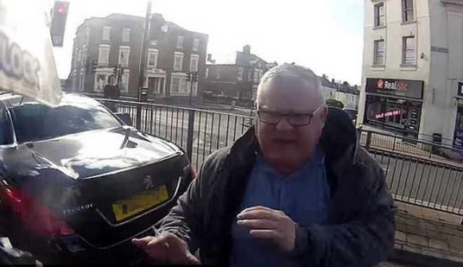 Βίντεο: Άγριος καυγάς μεταξύ αυτοκινητιστών και μοτοσικλετιστή για μια προσπέραση
