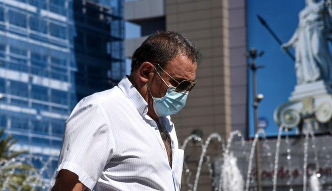 Πολίτης με μάσκα στο κέντρο της Αθήνας