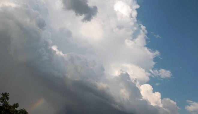 Ένα κομμάτι ουράνιου τόξου ξεπροβάλει μέσα από τα σύννεφα έπειτα από την καταιγίδα στην πόλ των Τρικάλων. (EUROKINISSI/ΘΑΝΑΣΗΣ ΚΑΛΛΙΑΡΑΣ)