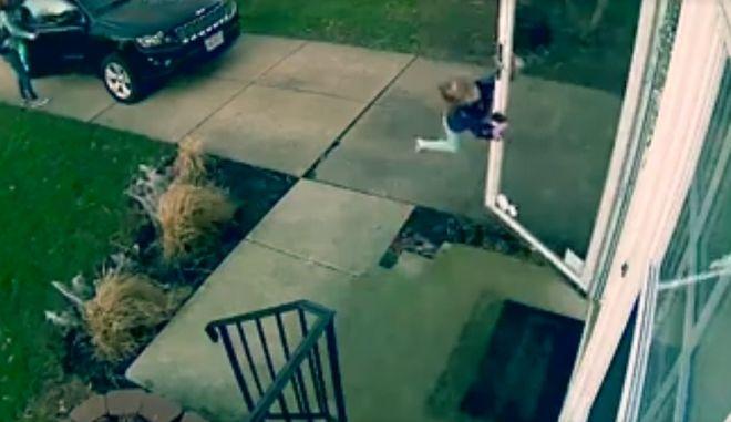 Βίντεο: Όταν ο αέρας σήκωσε κυριολεκτικά ένα παιδί