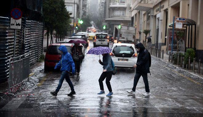 Έντονεςκαταιγίδες πλήτουν από το πρωί την Αθήνα.Στιγμιότυπα μέσα στην πόλη,Δευτέρα 13 Νοεμβρίου 2017 (EUROKINISSI/Τατιάνα Μπόλαρη)
