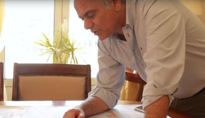 Νέο σποτ Μαξίμου: Ο Σκουρλέτης με χάρτη μελετά την κατάτμηση της Β' Αθηνών