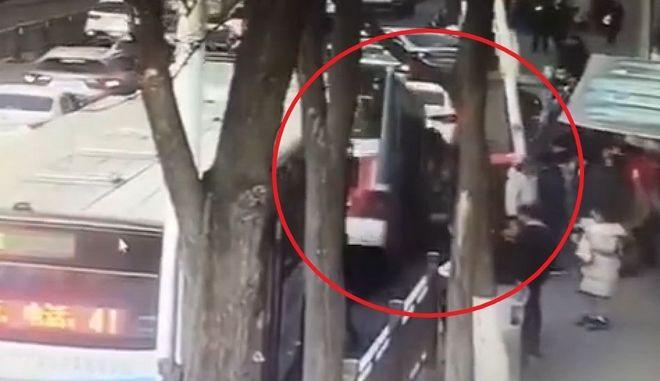 Κίνα: Δρόμος κατάπιε λεωφορείο - Νεκροί, τραυματίες και αγνοούμενοι