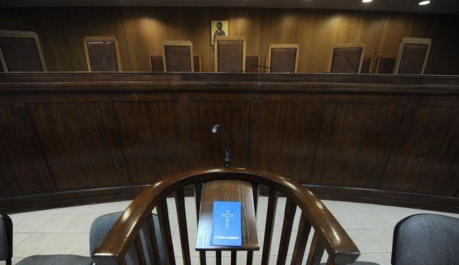 """Στιγμιότυπο από το Τριμελές Εφετείο Κακουργημάτων, όπου πραγματοπιείται η δίκη της """"Χρυσής Αυγής"""" την Παρασκευή 2 Οκτωβρίου 2015. (EUROKINISSI/ΤΑΤΙΑΝΑ ΜΠΟΛΑΡΗ)"""